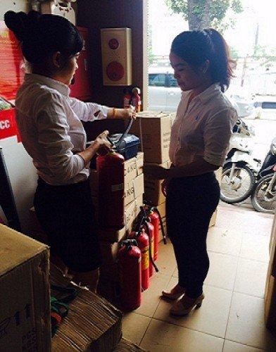 Tư vấn cho khách hàng sử dụng thiết bị chữa cháy