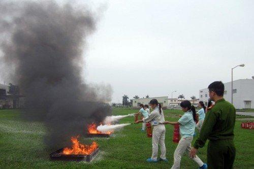 Tập huấn sử dụng thiết bị chữa cháy cho chị em phụ nữ